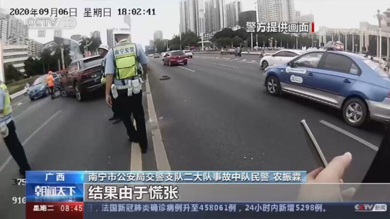 [朝闻天下]广西南宁 驾驶时走神 车辆撞到隔离护栏央视网2020年09月22日09:00