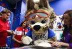 [高清组图]世界杯纪念品商店开张 吉祥物可爱互动