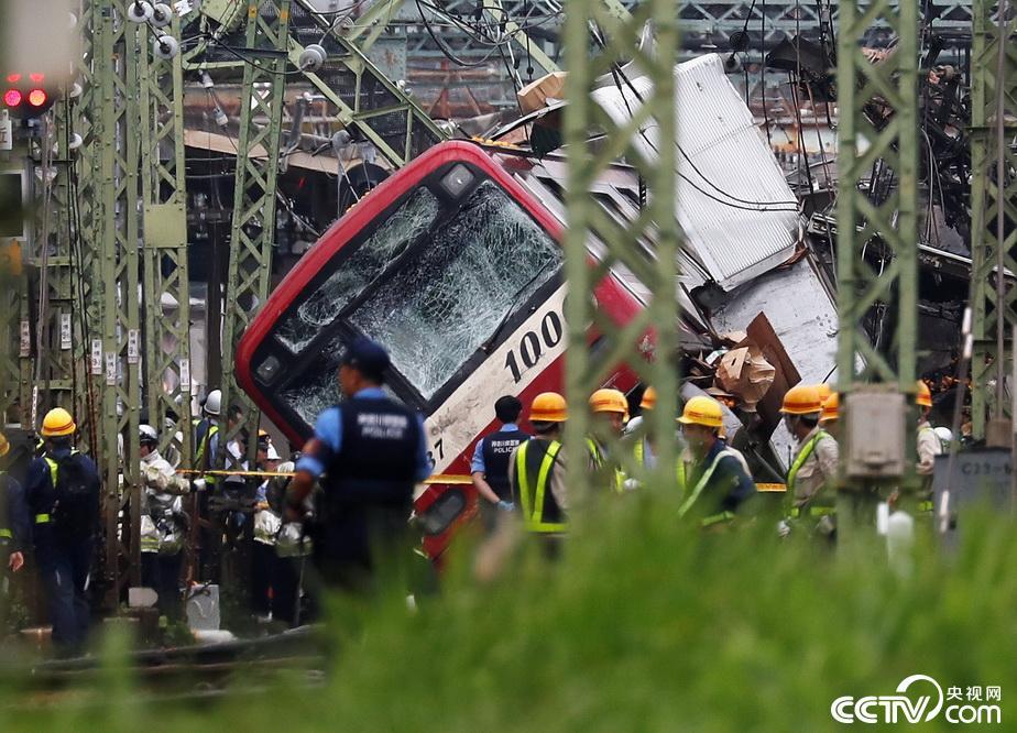 日本神奈川电车与货车相撞脱轨