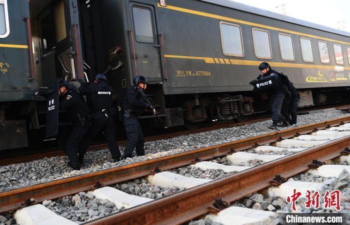 兰州铁路特警进行火车车厢实战技能演练