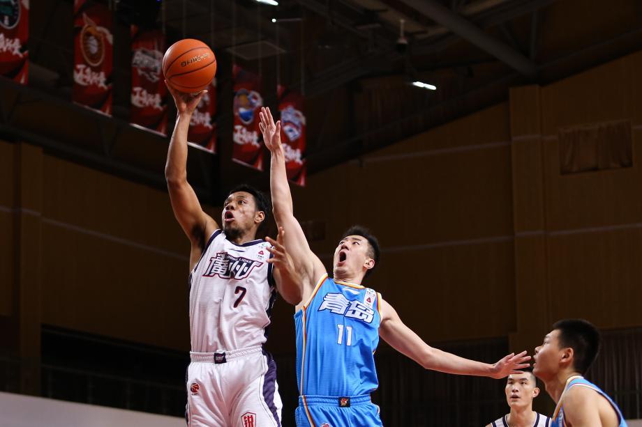 约翰逊44+19+8赵泰隆16分 青岛逆转广州三连胜