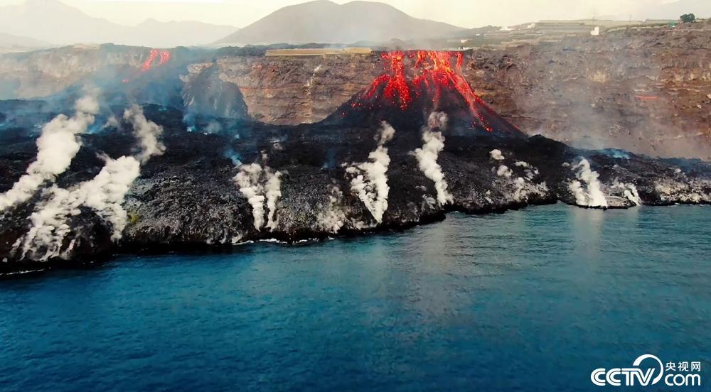 西班牙火山喷发岩浆入海 形成新的海岸线