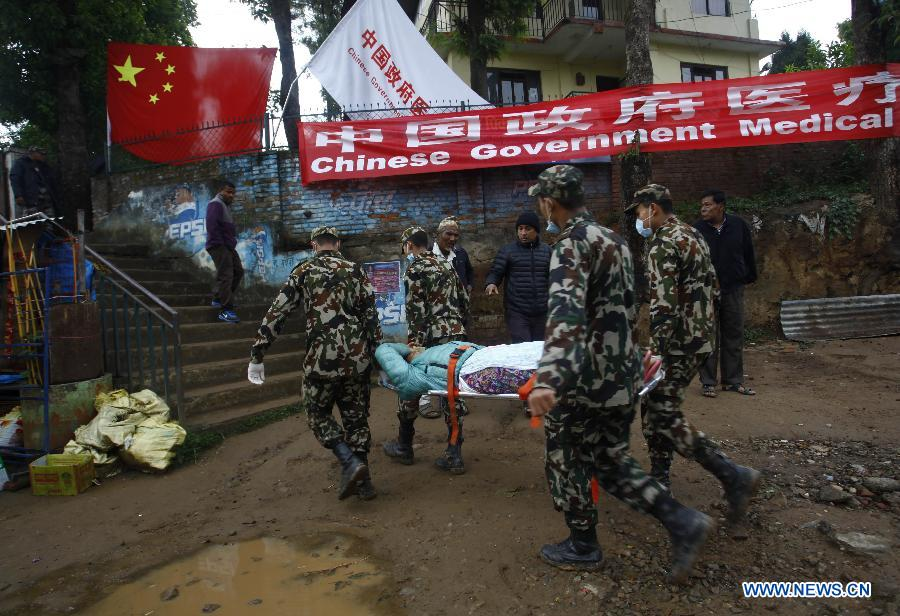 Nepalese army soldiers carry a victim for treatment at the camp of the Chinese government medical team at an army barrack in Dhulikhel, Kavre, Nepal, April 28, 2015. A 58-strong Chinese government medical team arrived in Nepal Monday morning to carry out humanitarian mission after the country was struck by a powerful earthquake at midday Saturday. (Xinhua/Pratap Thapa)