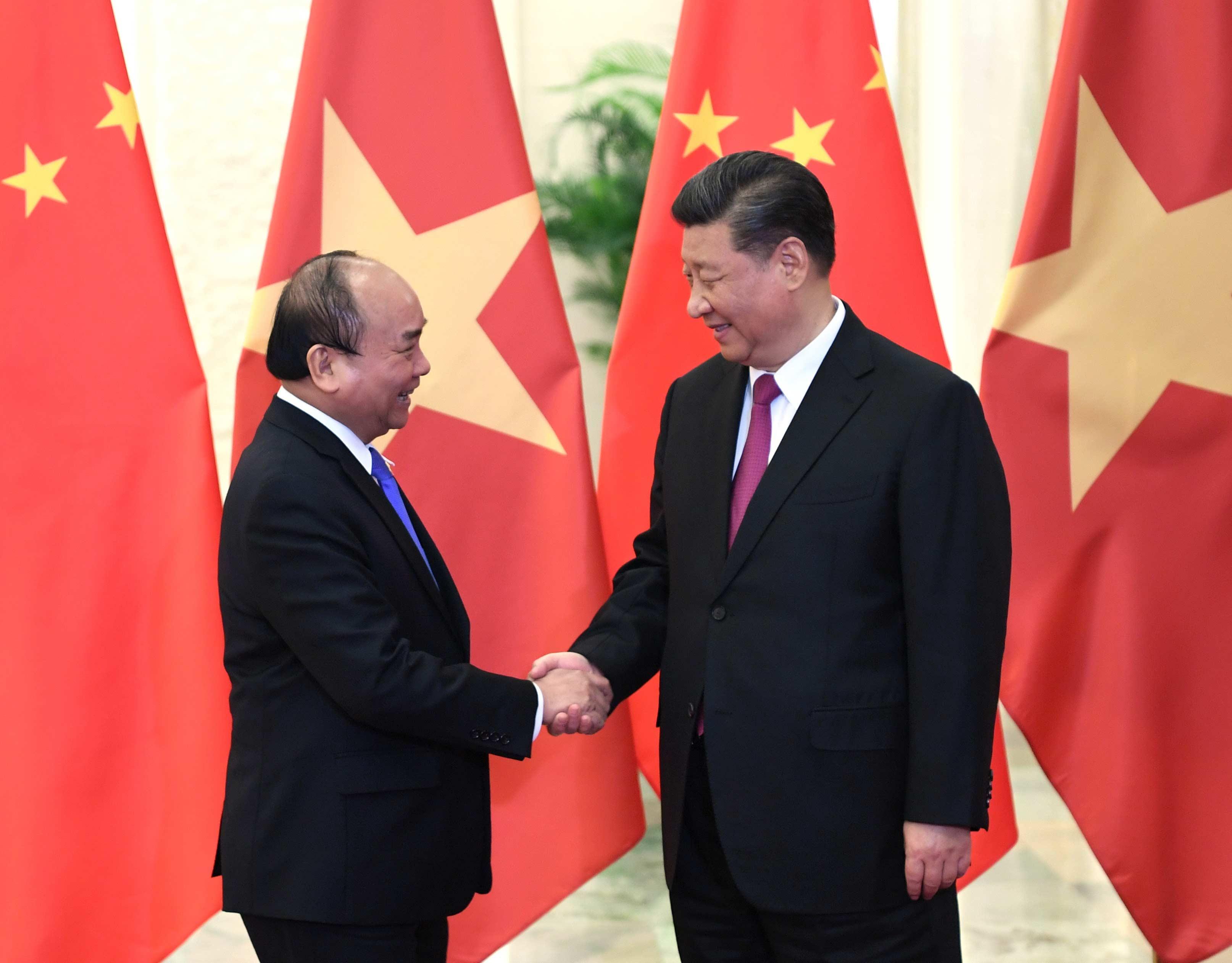 4月25日,国家主席习近平在北京人民大会堂会见越南政府总理阮春福。
