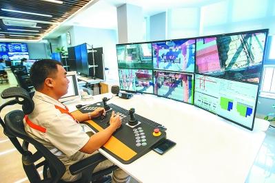 厦门集装箱码头集团海天公司的桥吊司机远程操控国内第一台经过智能化改装的传统桥吊,展现了传统码头的未来智能化改造方向