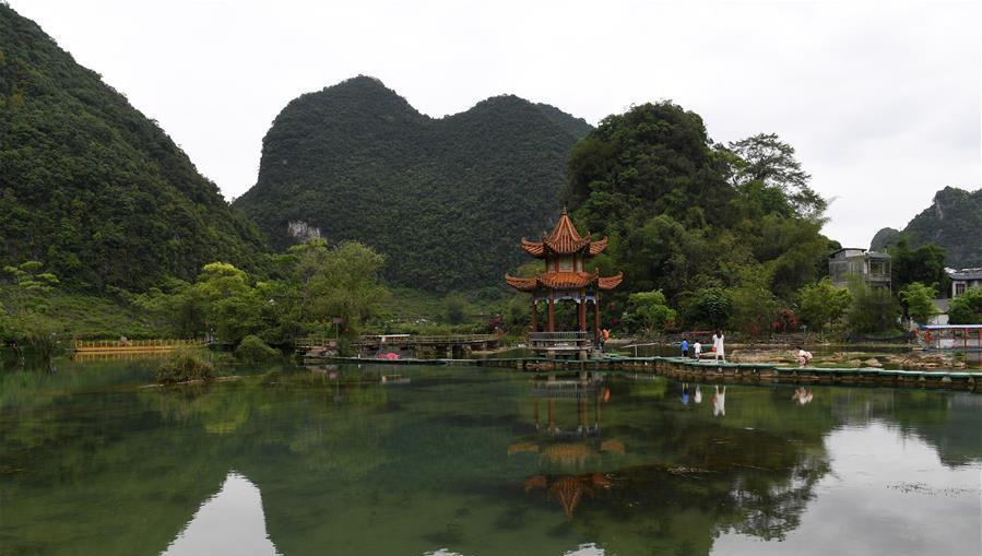 游客在广西靖西市鹅泉景区游览