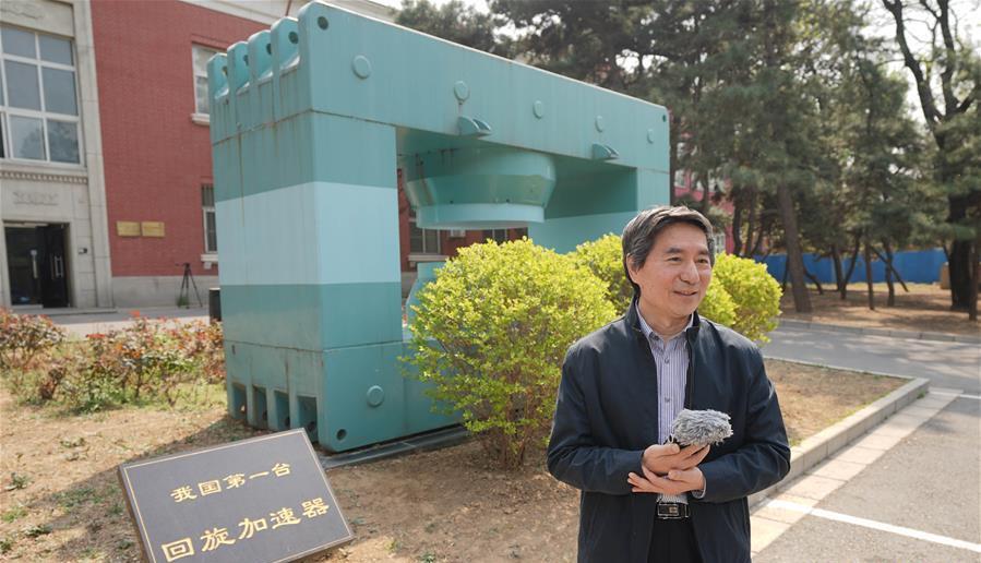 在中核集团中国原子能科学研究院,中核集团首席专家张天爵在介绍我国第一台回旋加速器,他身后是我国第一台回旋加速器的主磁铁