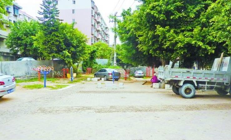 改造前,小区广场车辆乱停放严重,居民没有休闲场所