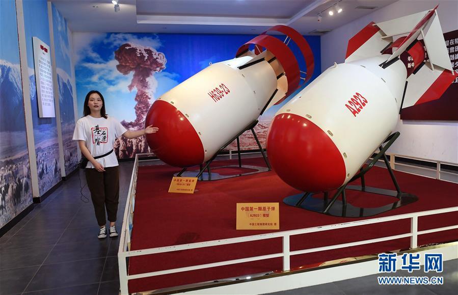 """在""""两弹历程馆""""里,讲解员龚照怡在介绍原子弹、氢弹模型(4月23日摄)。新华社记者刘坤摄"""