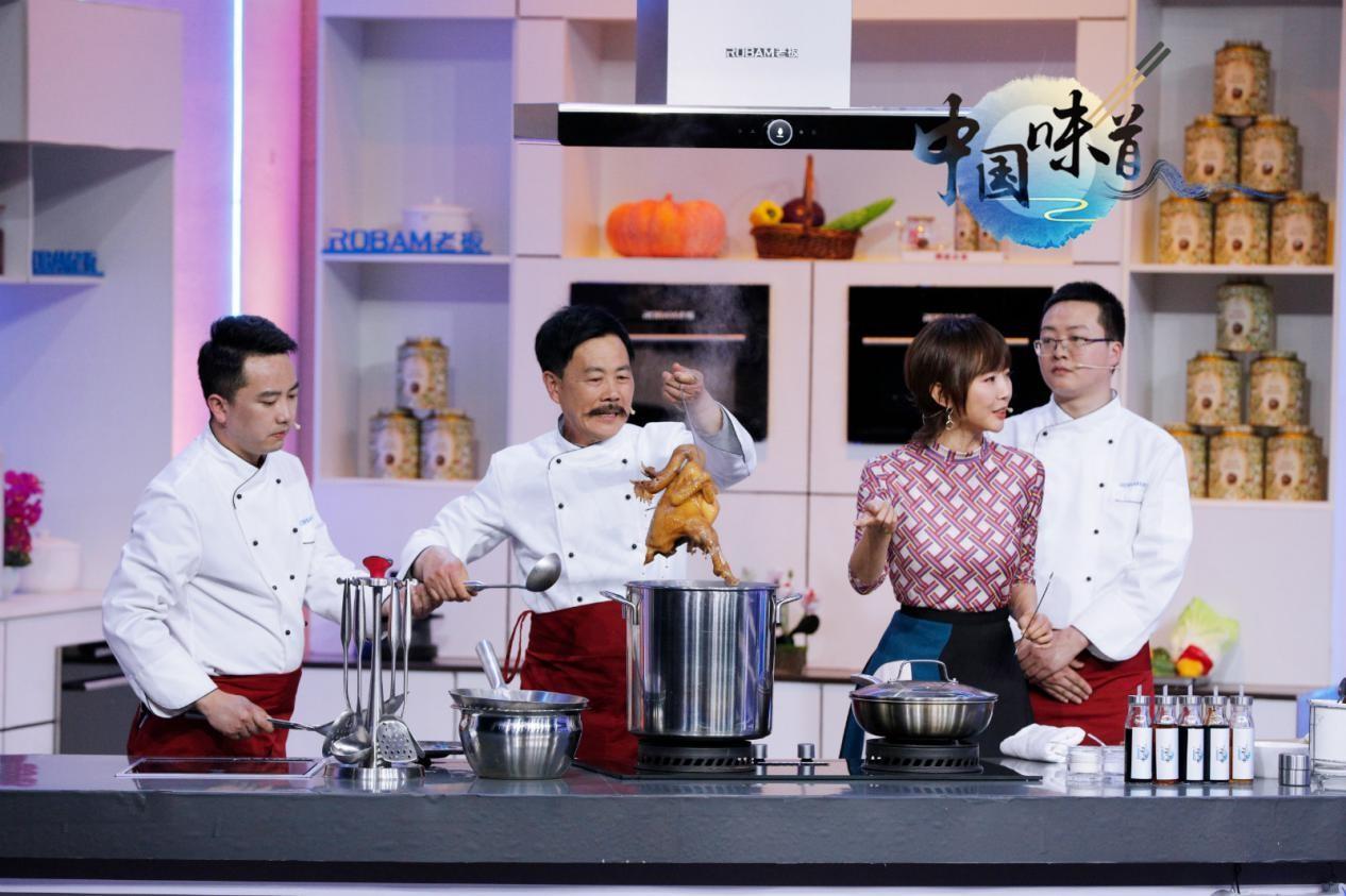 图:厨师烹制麻辣鸡
