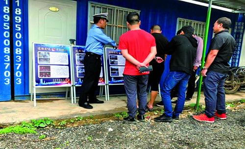 民警展出宣传展板,解读交通安全知识。