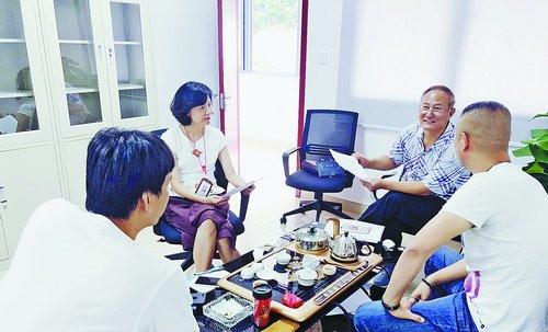 退休法官王金波(右二)在征迁指挥部开展法律咨询、调解等工作。