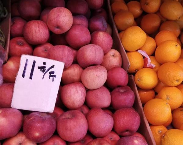 广州五羊新村某水果档内红富士苹果11元一斤 图片来源:南方都市报