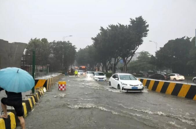 泉山路积水严重,民警在路面上引导车辆,请司机们绕行。