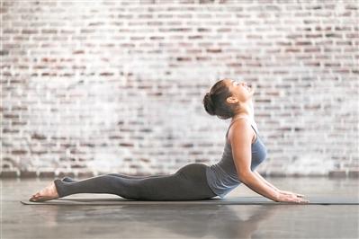 练瑜伽竟致腰椎骨折 成年人锻炼勿忘护腰