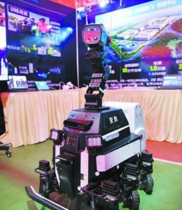 现场展出的安防机器人。