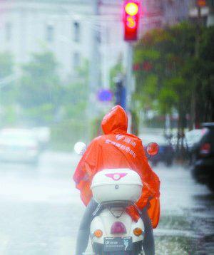 昨日下午,我市多地大雨倾盆。