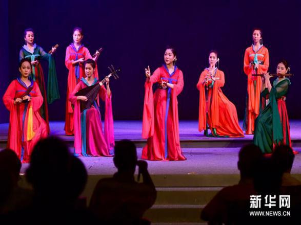 资料图:演员在演唱南音作品《百花图》。新华社记者 魏培全 摄