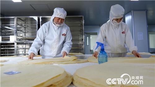 """[致富经]""""绣花功夫""""摊煎饼 一年摊出千万财"""