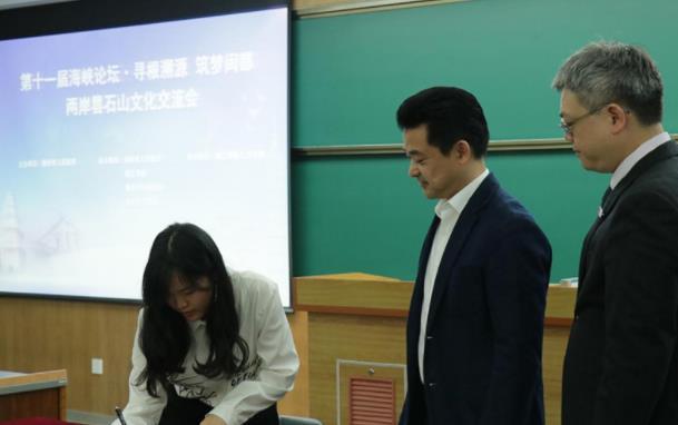 台湾青年代表谢婷同学代表部分同样有意愿的同学与唯美客文化创意有限公司签订了《人才招聘委托意向书》