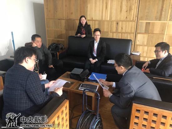 丝瓜成版人性视频app国博新闻传播处的工作人员、虎瑩策展鉴定专家,与导演座谈