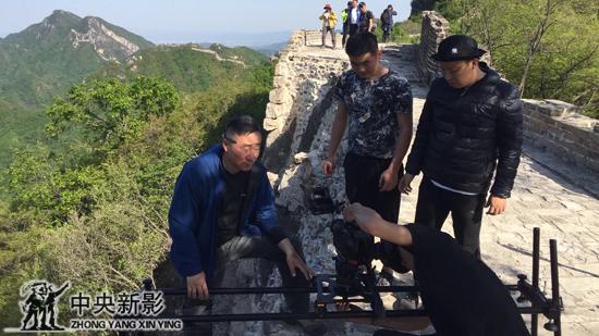丝瓜成版人性视频app导演陈爽在长城拍摄