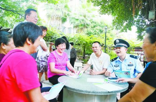 民警深入小區開展禁毒、反詐騙宣傳。