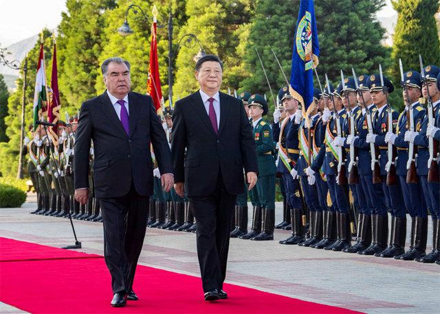 6月15日,国家主席习近平在杜尚别同塔吉克斯坦总统拉赫蒙会谈。会谈前,拉赫蒙在总统府前广场为习近平举行盛大欢迎仪式。新华社记者 李涛 摄