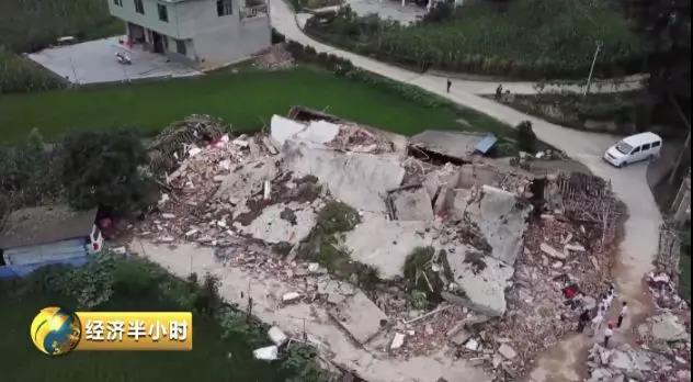 倒塌的联排砖房