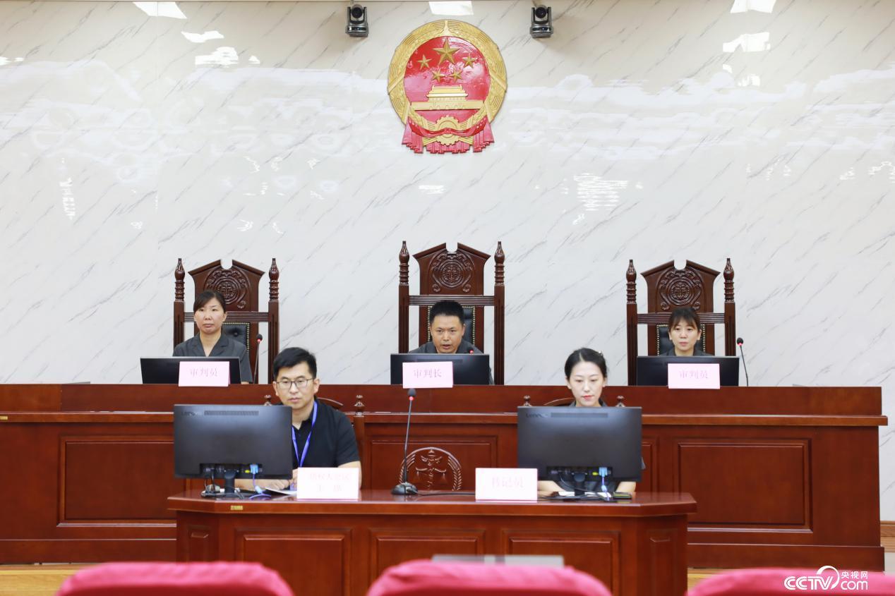 合议庭(李越寒 摄)