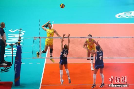 7月5日晚,在南京奥体中心举行的2019世界女排联赛总决赛小组赛中,中国队(黄色队服)以3比1战胜意大利队(蓝色队服),晋级半决赛。中新社记者 泱波 摄