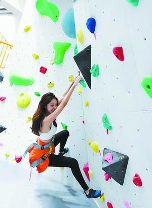 市民体验攀岩项目。(龙景攀岩供图)