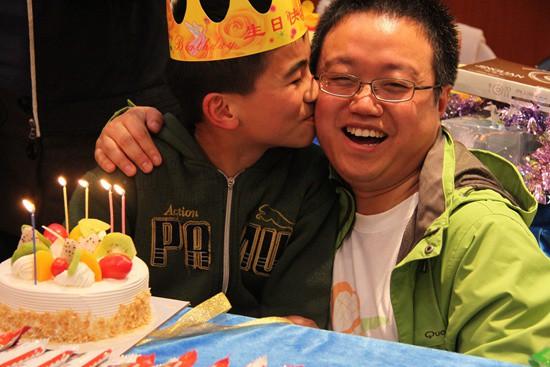 孙冰给江西的孤儿过生日。图片由受访者提供