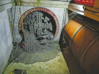 7月30日,成都轨道交通9号线一期工程全线洞通。图为盾构机实现洞通瞬间。