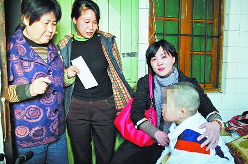 张碧香(左三)看望患病孩子。