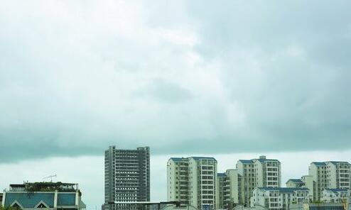 昨日上午乌云密布,一场阵雨随即而来。图为远处乌云呈现明显分界线,天空似乎一分为二。