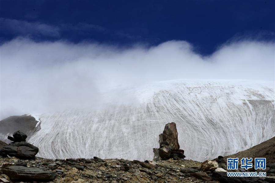这是在青海省海西蒙古族藏族自治州格尔木市境内拍摄的昆仑山玉珠峰冰川一角(2017年8月19日摄)。新华社记者 张宏祥 摄