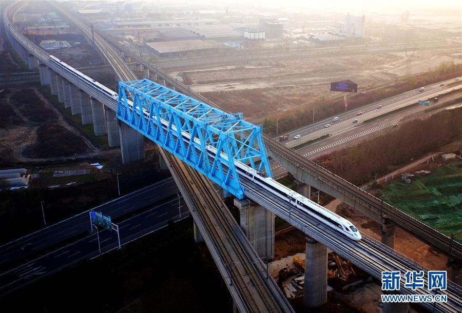 在陕西柞水至山阳高速公路左家湾特大桥上,桥梁检测车在进行通车前的检测作业(2018年11月20日无人机拍摄)。 新华社记者 刘潇 摄