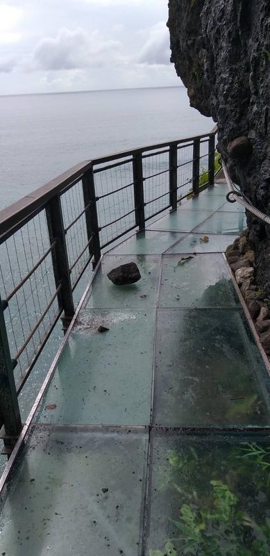 6日上午花莲发生两起地震,有落石砸毁丰滨乡亲不知子海上古道,造成玻璃破裂。(图:台湾《联合报》/丰滨乡公所 提供)