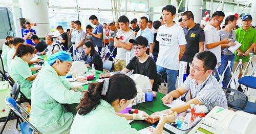 厦门港务集团职工排队献血