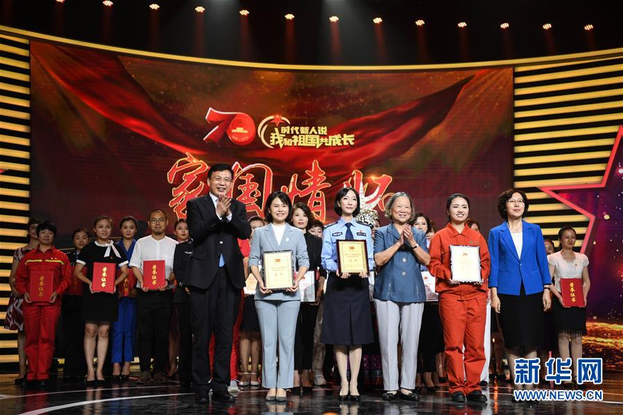 8月10日,来自广东的王盈力(前排左三)、来自浙江的李佳琪(前排右二)、来自广西的汤婧(前排左二)获得金奖。新华社记者 邓华 摄