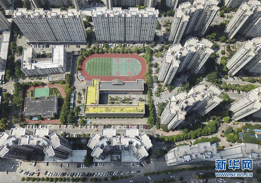 这是湖北省武汉市青山区棚改安置小区青宜居社区新貌(7月30日无人机拍摄)。新华社记者 程敏 摄