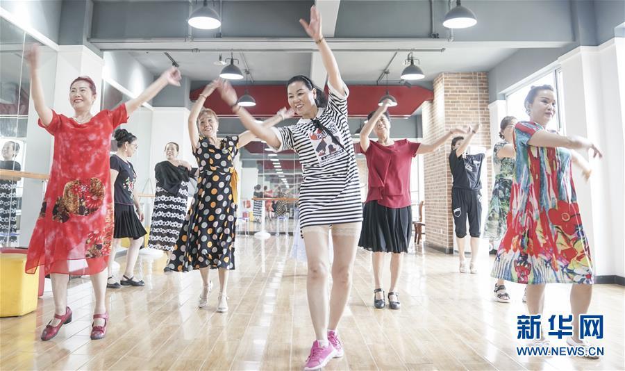 居民们在湖北省武汉市青山区棚改安置小区青和居社区活动中心练舞(7月30日摄)。新华社记者 程敏 摄