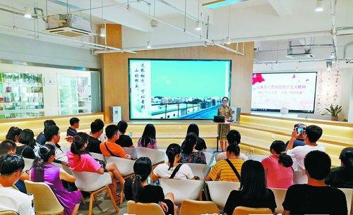 ▲塘边社区党委书记陈桂兰正在进行宣讲,分享社区治理心路历程。