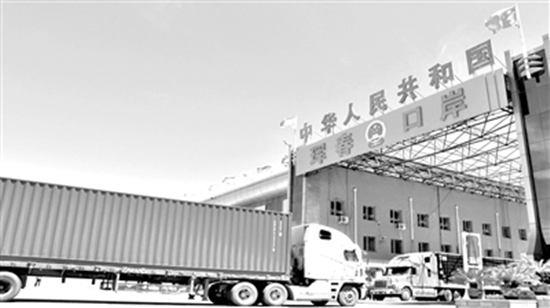 俄罗斯货车在珲春口岸等待出入境。资料照片