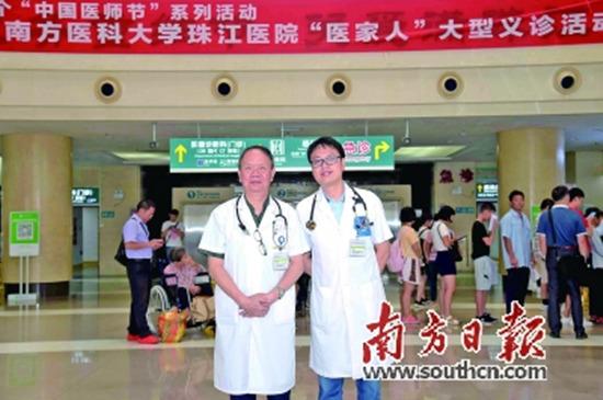 李奇林和儿子李功辉一起义诊。