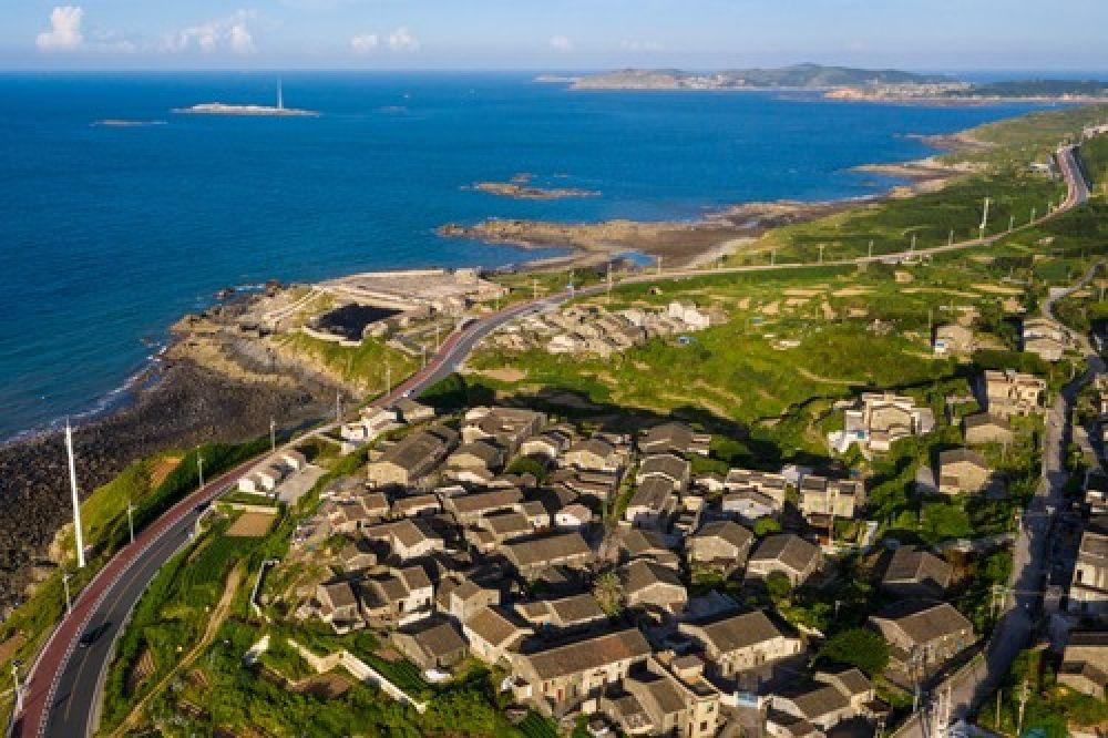 福建平潭岛上的石头房子及海滨风光(8月2日无人机拍摄)。(新华社记者姜克红 摄)