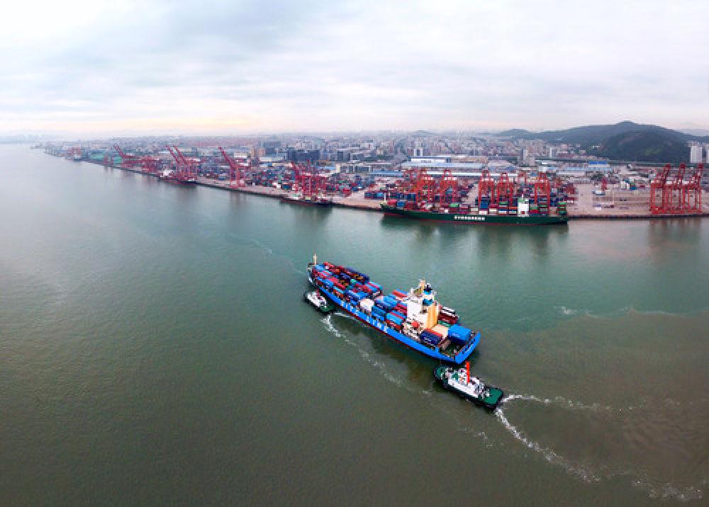 在福建自贸区厦门片区东渡港区,一艘货轮向码头靠拢(2017年8月26日无人机拍摄)。(新华社记者姜克红 摄)