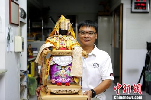 近日,台湾纸艺师蔡承哲接受中新社记者采访。中新社记者 杨程晨 摄