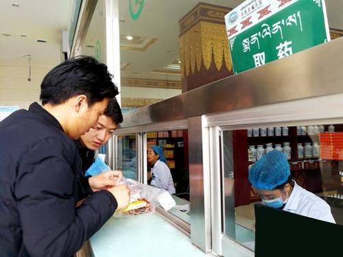资料图为民众在青海省藏医院药房取药。中新社记者 张添福 摄